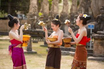 Reise Laos: Frauen beim Festival in Vientiane