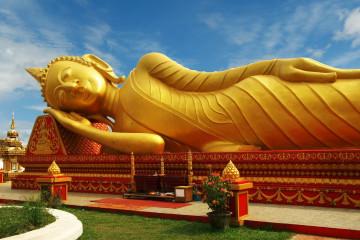 Reise Laos: Sleeping Buddha Statue Pha That Luang Tempel - Vientiane