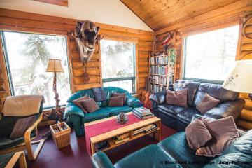Kanadas Wildnisresort: Wohnraum in großer Blockhütte