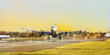 Landschaft: Flugzeug beim Start