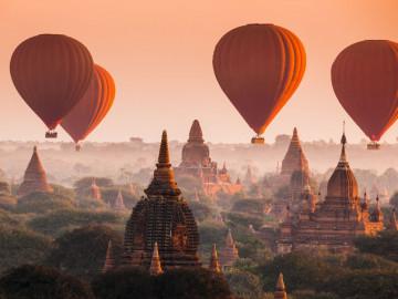 Ballons über Tempelanlage Bagan in Malaysia