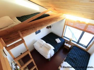 Kanadas Wildnisresort: Schlafraum in großer Blockhütte