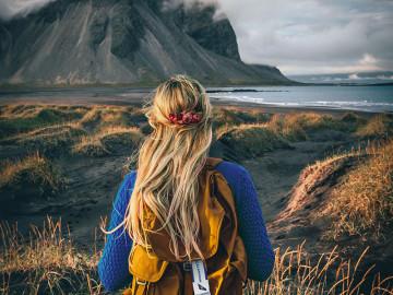 Frau in Island; CC: IcelandAir