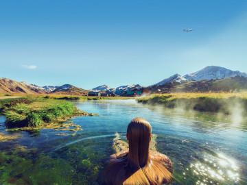 Frau in warmen Quellen in Island; CC: IcelandAir