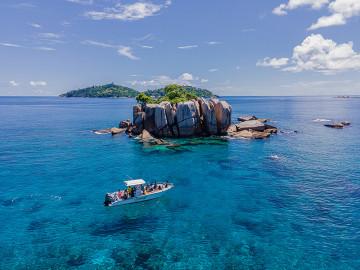 Boot vor La Fouche Island - Copyright Michel Denousse Tourism Seychelles