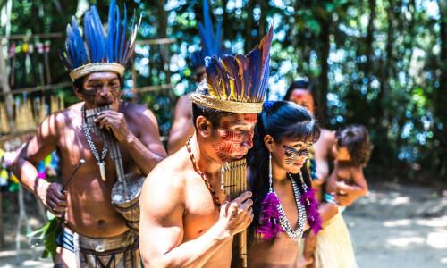 Brasiliens Ureinwohner beim Panflöte spielen